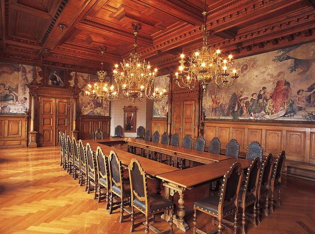 Historischer Sitzungssaal im Rathaus von Kaufbeuren im Allgäu